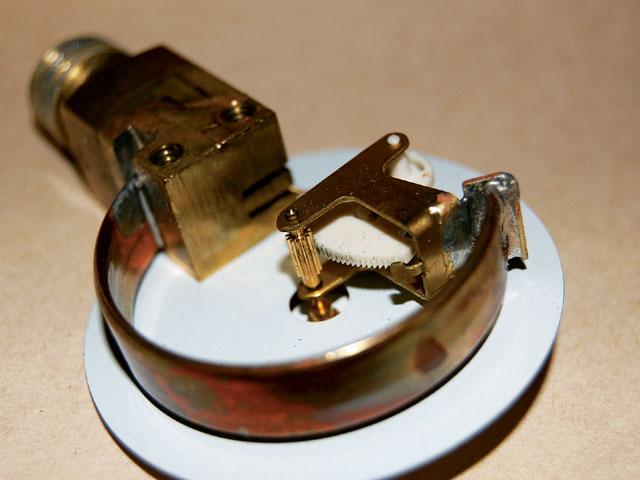 cấu tạo đồng hồ đo áp suất chân đứng
